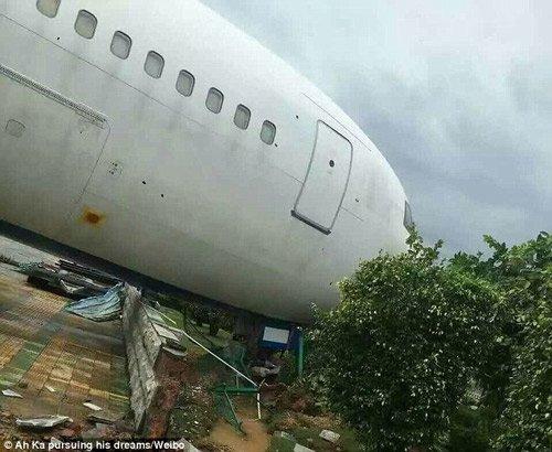 Chiếc máy bay Boeing 767 của hãng Hàng không Hạ Môn đang đỗ tại sân bay Hạ Môn bị siêu bão Meranti thổi dạt, đâm vào hàng rào. Sau khi đổ bộ vào Đài Loan, sáng qua siêu bão Meranti đã đổ bộ vào Trung Quốc với sức gió lên tới 360km/h, giật cấp 15.