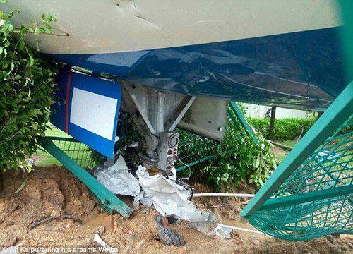 Chiếc máy bay Boeing 767 đâm qua hàng rào tại sân bay Hạ Môn