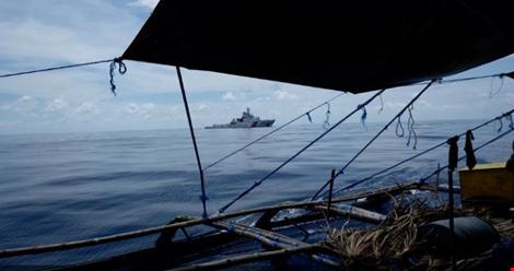 Ảnh chụp tàu bảo vệ bờ biển của Trung Quốc tại bãi cạn Scarborough ngày 1-7-2016. Ảnh: CNA