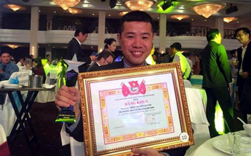 Anh Trần Nguyễn Lê Văn vinh dự nhận được Giải thưởng Doanh nhân trẻ tiêu biểu trong khởi nghiệp năm 2016.