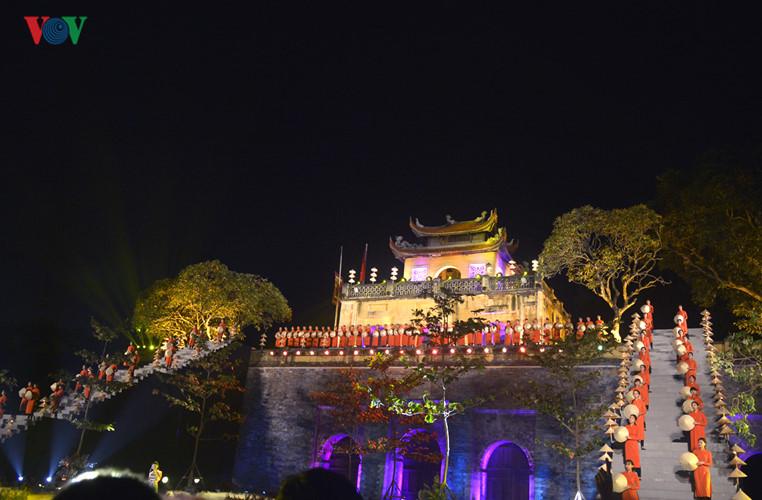 """Với chủ đề """"Tinh hoa áo dài Việt Nam"""", Festival Áo dài Hà Nội năm 2016 đã chính thức được khai mạc tại Hoàng thành Thăng Long vào tối 14/10."""