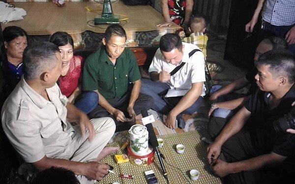 Ông Đinh Ngọc Thạch (mặc áo ghi ở giữa) được tại ngoại về cùng gia đình và người thân.