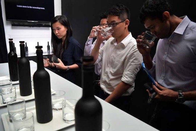 Uống thử nước trong chai nước đắt nhất châu Á.