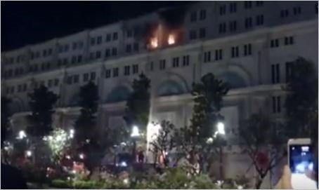 Tòa nhà 7 tầng bốc cháy dữ dội lúc rạng sáng. Ảnh: Cắt từ clip người dân.
