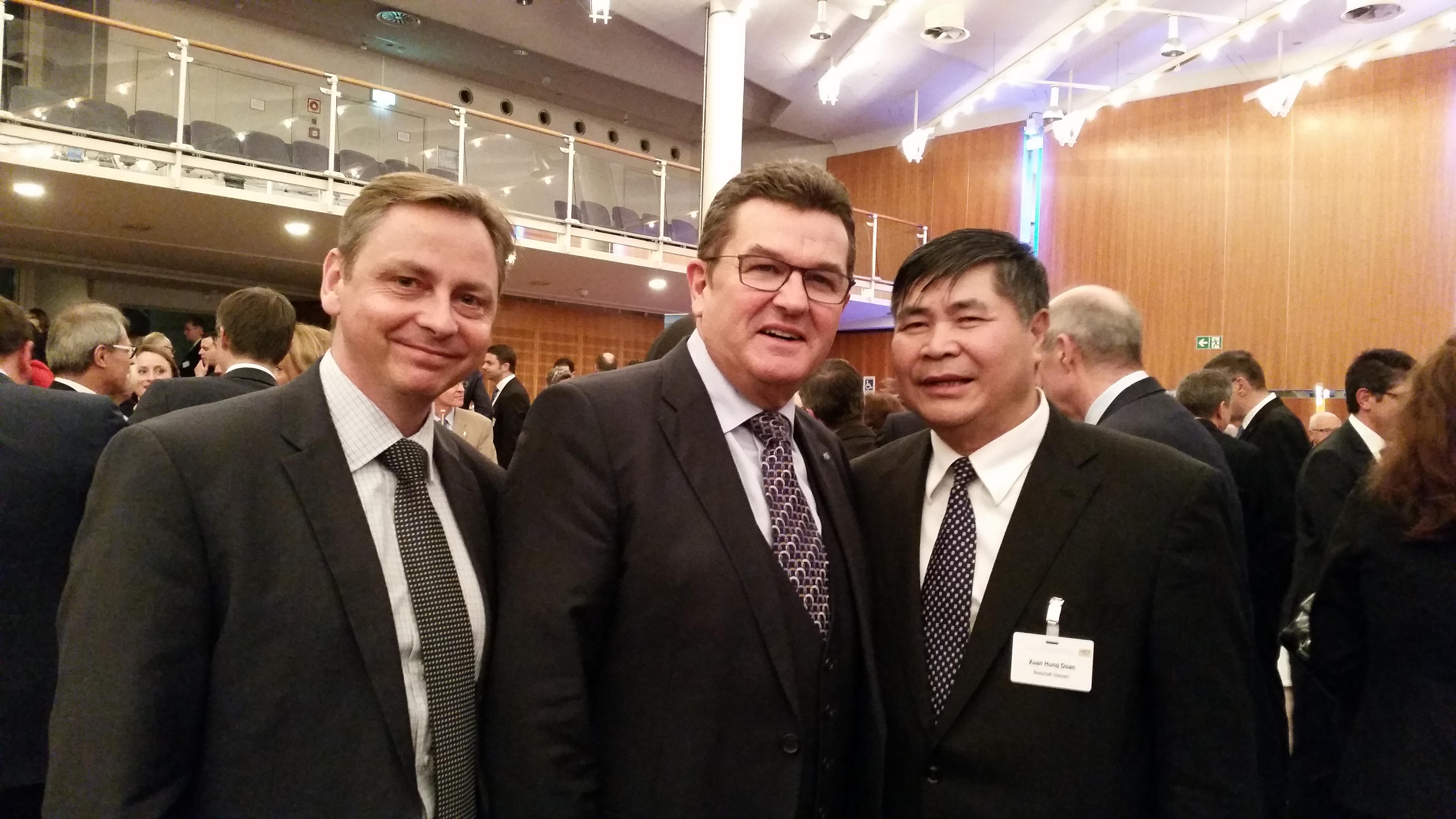 Đại sứ Đoàn Xuân Hưng chụp ảnh với Quốc vụ khanh Bộ Kinh tế Bayern và Giám đốc AHK Việt Nam